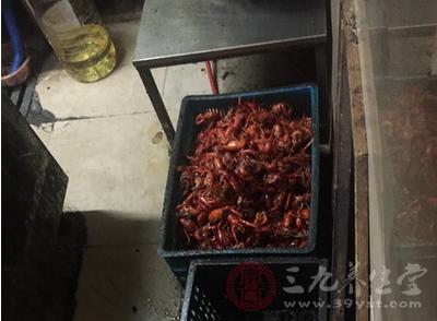 上海突查小龙虾店 有熟虾紧挨地面堆放