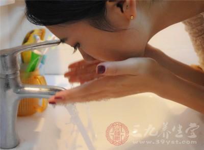 水里加点东西,自制成洗脸水,50岁都不显老