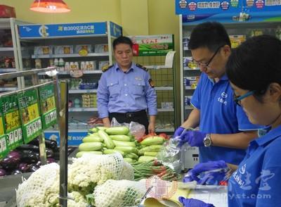 仁美社区一家超市门前,停放着一辆食品快检车,检测人员在车内紧张有序地对抽样食品进行检测