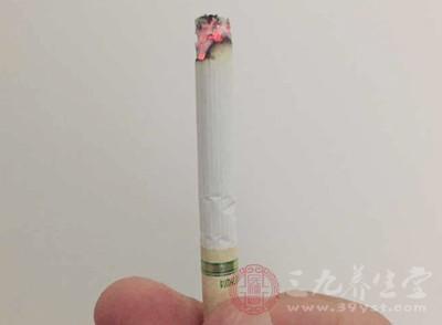 吸烟、喝酒:吸烟喝酒容易诱发子宫肌瘤,有研究表明,每天抽1包烟的女性,其患子宫肌瘤的几率是不抽烟女性的6倍