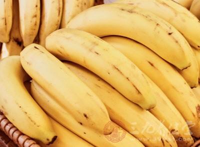 双腿容易水肿的女生可以多吃香蕉。香蕉含有非常多的钾,对于消除体内多余的钠和水分有特别强的效果。但是一天内吃香蕉不可以过多,以免引起腹泻