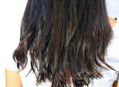 头发发黄有一个很重要的原因就是身体缺少锌元素