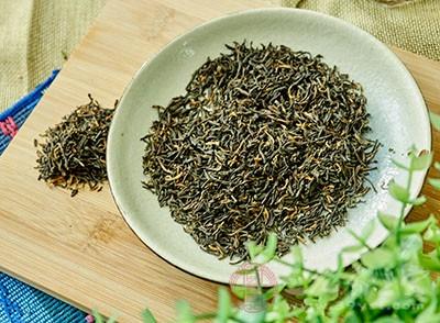 在夏天的时候喝红茶有着止咳消暑的作用