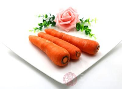 西兰花、胡萝卜洗净切好