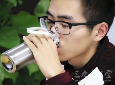 在早起刷牙之后建议大家先喝一大杯温水