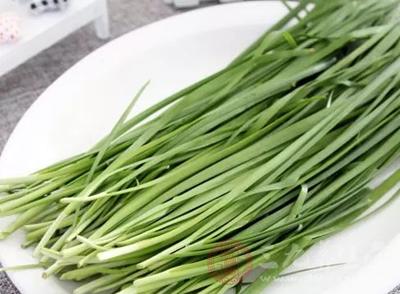 类似洋葱、萝卜、韭菜、大葱等食物中容易存在硫化物,从而导致放屁太臭
