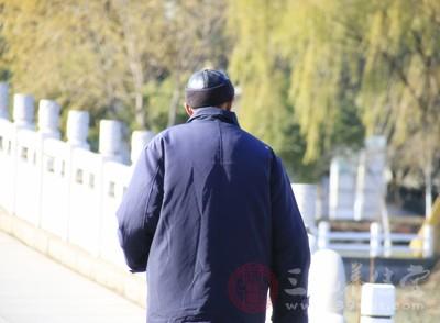 立冬后天气越来越冷人们穿的衣服越来越厚