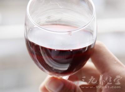 红酒对女人皮肤是有许多优点的