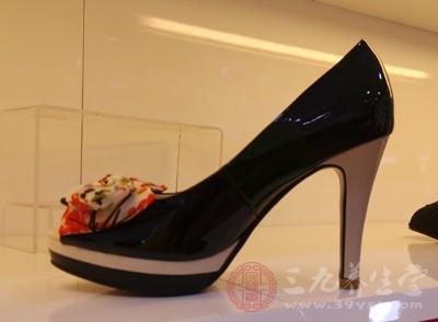 穿高跟鞋的危害 细数高跟鞋的危害你知道多少