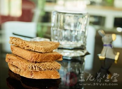 记者发现,在执法人员将问题面包收缴后,雨花区江河双水湾小区和花桥小区仍有彬味坊椰蓉面包出售