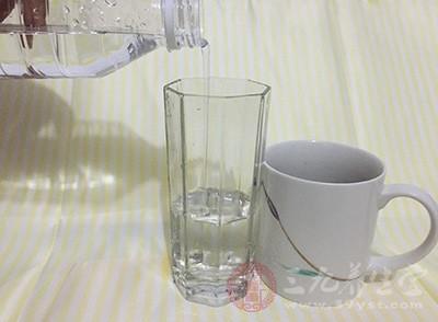 所以这时候多喝水的话,不但能够给使得汗和尿的排出