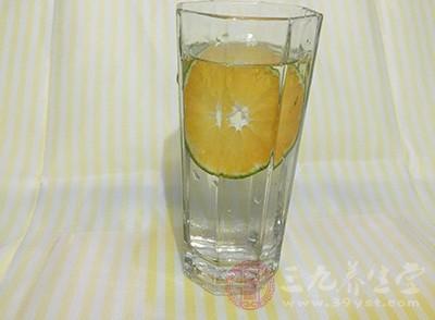 只要服用上一杯柠檬水,能很好的振奋精神、打开胃口