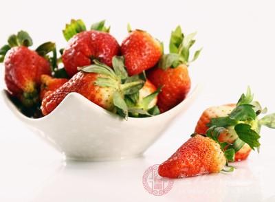 新采摘的草莓先吃少量