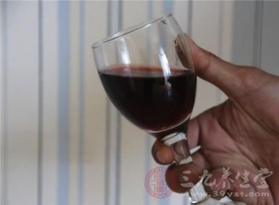 红酒的味道很受温度影响,因此要尽量减少手部与酒瓶的接触