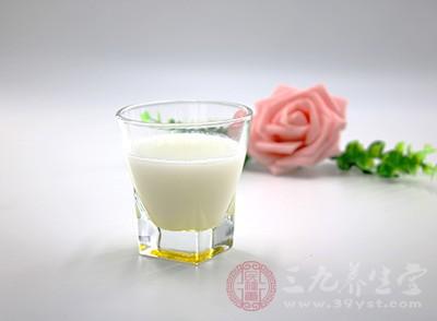 牛奶的大好处是含有超多的钙。因此喝牛奶,对于孕妇来说可以保证胎儿的钙含量