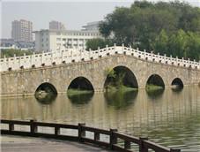公园里的石头大桥