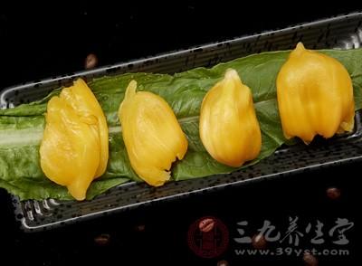 菠萝蜜的表壳是不能吃的,将它剥开之后可直接吃里面果肉