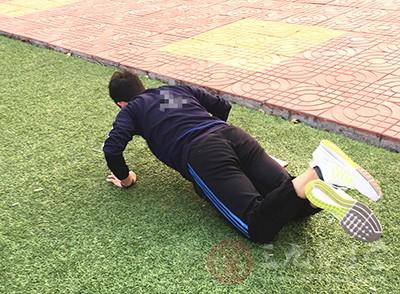 呈俯卧撑姿势,但把两只小臂向前平放在地面上,锁定肩膀关节不动,保持脊柱伸直