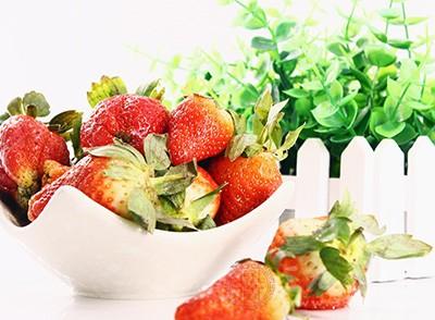 孕妇通过吃草莓可以补充维生素C,可以防止牙龈出血等因为缺少维生素C而出现的症状