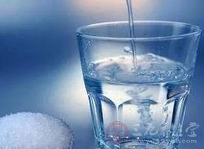 用高浓度的盐水漱口,不小心喝掉