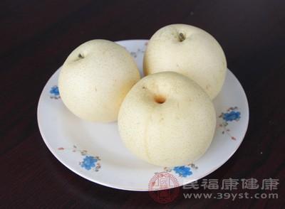梨子中含有大量的水分和营养物质,在喉咙痛、发烧时可以吃些梨