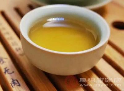 螃蟹与茶水不能同时饮用,是因为茶水会冲淡胃液,茶与柿子中的鞣酸较多,会使蟹肉中的蛋白质凝固