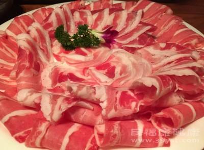 南瓜和羊肉都是热性之物,这两者一起吃可能会导致腹胀