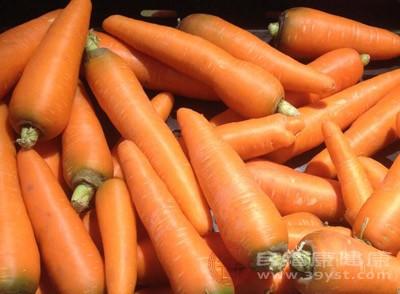 B-胡萝卜素会在体内变更成维生素A,提升身体的抵抗力,抑制导致细胞恶化的活性氧等。