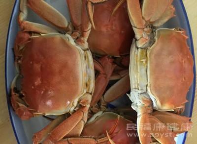 吃完螃蟹不能吃花生。花生性味甘平,脂肪含量达45%,是属于较为油腻的食物