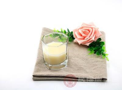 豆浆中含有丰富的维生素,这种物质能够有效的降低身体对于糖分的过分吸收