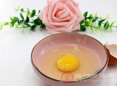 """鸡蛋中含有大量的蛋白质及铁含量,并含有许多其他营养素,而且很容易被人体吸收利用,还无明显的""""滞胃""""作用"""
