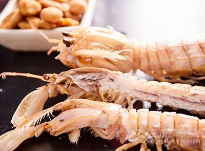 锅内放稍多的油,烧至6、7成热时分批次下大虾煎炸