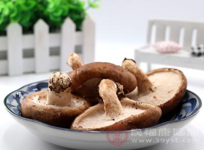 香菇洗净。放到热水里焯一下