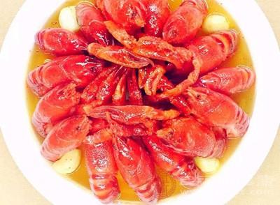 在锅里加入少许葱、姜、柠檬片和酒(白酒最好)来煮虾,会祛除腥味。葱姜水煮后,保持大火将虾倒入