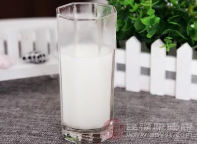 经常喝牛奶具有很好的养胃功效