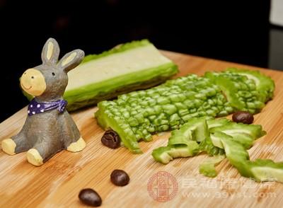 苦瓜含有丰富的膳食纤维,人体进食后会有饱腹感。苦瓜中的苦瓜素有防止脂肪吸收的作用