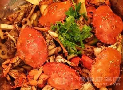 孕妇在孕期千万不能吃螃蟹,虽然螃蟹的英语教学很高,但是因为螃蟹是寒性的食物,有活血祛瘀的功效,孕妇吃了会有流产的现象发生