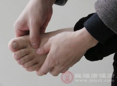 用双手的大拇指按压