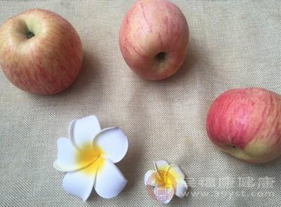 孕吐吃苹果,一方面可补充水分、维生素和必需的矿物质,同时又可调节水及电解质平衡