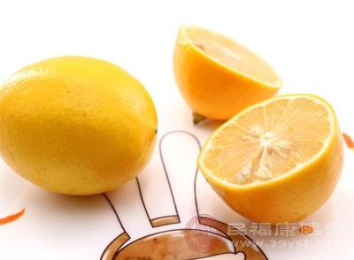 柠檬的酸味是以柠檬酸为主,柠檬酸是促进热量代谢过程中的必参与物质,而且也有消除疲劳的功能