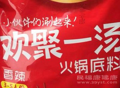 在这包火锅底料的包装上,我们看到生产日期是2016年10月4日,保质期为15个月
