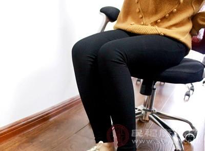 抖退治疗的方法是既简单有又方便,主要是坐在凳子上又或者是坐在床上的时候就可以抖腿了