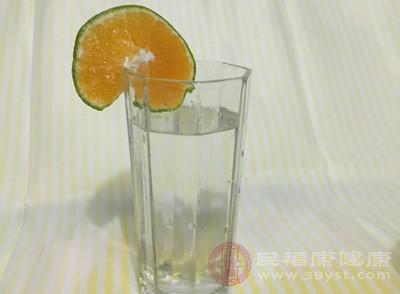 喝柠檬水有什么好处 喝柠檬水禁忌这类食物