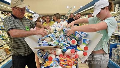 正从全球83个国家召回超过1200万箱奶粉,他们将补偿所有受害的家庭