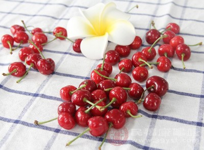 收涩止痛 民间经验表明,樱桃可以治疗烧烫伤,起到收敛止痛,防止伤处起泡化脓的作用