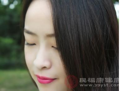 尤其是鼻子的小黑头多,其特征为明显扩大的毛孔中的黑点,挤出后形如小虫,顶端发黑
