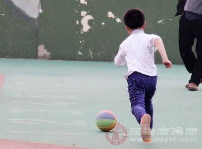 8岁男童蹊跷瘫痪 一度被诊为缺钙