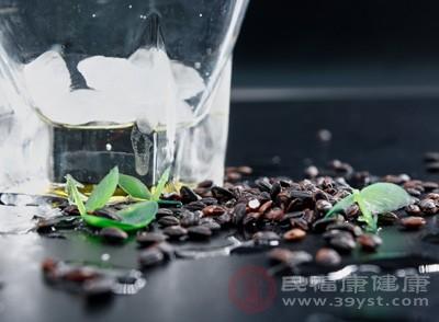 黑米浸泡24小时,白糯米浸泡4-5小时,将二者同时放入锅中并参加比例1:1的水