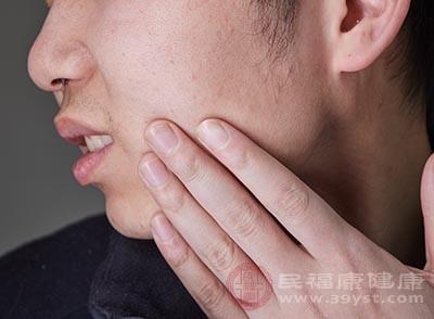 牙颈部牙本质暴露及牙体缺损所致