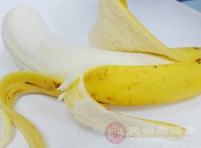 可以直接将准备好的香蕉皮用清水冲洗干净然后涂抹患处